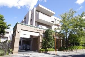 【外観】閑静な住宅街に佇む外壁タイル貼りのマンションです。