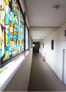 【外廊下】ステンドグラスの廊下です。古びた感じはなく綺麗にされております。このまま 各お部屋へと進みます♪