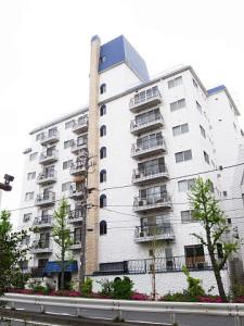 【外観】青い瓦屋根が目を惹くマンションです。