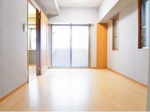 【洋室】約7.0帖。リビング続きのお部屋は寝室にどうぞ!南にも窓があります(^^)/